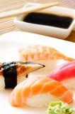 Sushi mit Essstäbchen Stockfotos