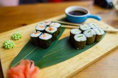 Sushi mit Fischen auf einem hölzernen Brett Lizenzfreie Stockfotografie