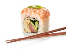 Sushi mit Fischen und Essstäbchen Lizenzfreies Stockfoto