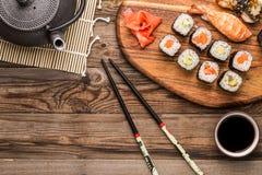 Sushi mit Garnele und Aal, Satz neue Rollen Lizenzfreie Stockfotografie