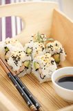 Sushi mit Garnele und Avocado Stockbild