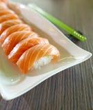 Sushi mit grünen Ess-Stäbchen Stockfoto