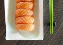 Sushi mit grünen Ess-Stäbchen Lizenzfreie Stockfotos