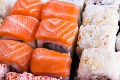 Sushi mit Lachs- und Sesamsamen Stockfoto