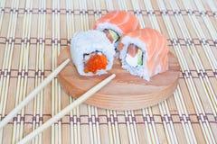 Sushi mit Lachsen, Kaviar (Majonäse) und einer Gurke. Stockbild