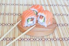 Sushi mit Lachsen, Kaviar (Majonäse) und einer Gurke. Stockbilder