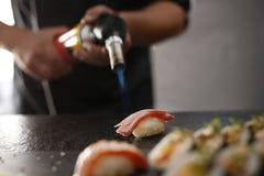 Sushi mit roher brennender Lachsflamme Lizenzfreies Stockbild