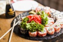Sushi mit Salatblättern und -ingwer Stockbilder