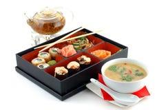 Sushi mit Tee und Suppe Stockfotos