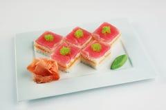Sushi mit Thunfisch und Lachsen Stockfotos
