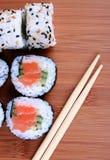 Sushi na esteira de bambu Fotografia de Stock Royalty Free