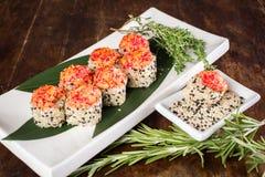 Sushi na tabela de madeira Fotos de Stock