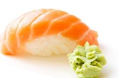 Sushi nah oben lokalisiert mit Wasabi Lizenzfreie Stockfotografie