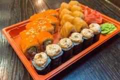 Sushi, neuer traditioneller japanischer Meeresfrüchtesatz dienten auf Platte stockfoto