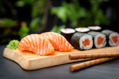 Sushi Nigiri mit neuen Lachsen und MakiTraditional-Japaner-Lebensmittel stockfotografie