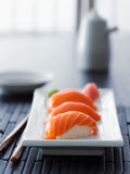 Sushi - nigiri salmon colorido no ajuste asiático Imagem de Stock