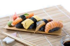 Sushi noirs assortis Image stock