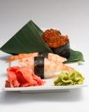 Sushi nugiri mit Garnele amd gunkan mit ikura lizenzfreie stockbilder