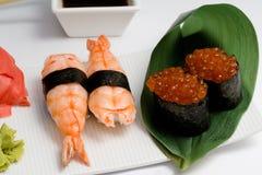Sushi nugiri mit Garnele amd gunkan mit ikura Stockbilder