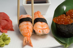 Sushi nugiri mit Garnele amd gunkan mit ikura stockbild