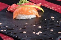 Sushi och drevkarlar och räkor Japansk mat och skaldjur på restaurangen Japansk kokkonst Arkivfoto