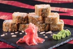 Sushi och drevkarlar och räkor Japansk mat och skaldjur på restaurangen Japansk kokkonst Royaltyfria Foton