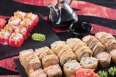 Sushi och drevkarlar och räkor Japansk mat och skaldjur på restaurangen Japansk kokkonst Royaltyfri Bild