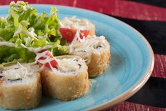 Sushi och drevkarlar och räkor Japansk mat och skaldjur på restaurangen Japansk kokkonst Royaltyfri Foto