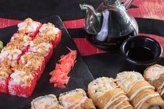 Sushi och drevkarlar och räkor Japansk mat och skaldjur på restaurangen Japansk kokkonst Royaltyfria Bilder