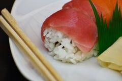 Sushi och pinnar Arkivfoto
