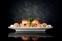 Sushi och rullar i platta royaltyfri foto