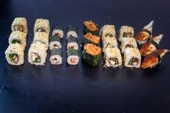 Sushi- och rulluppsättning med laxen Japansk mat 20 Royaltyfri Fotografi