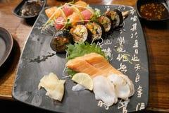 Sushi- och sashimimaträtt Royaltyfria Bilder