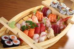 Sushi på det wood uppläggningsfat Royaltyfri Bild