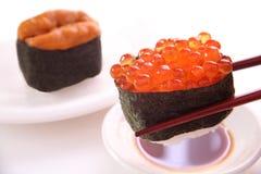 Sushi, oeufs de poisson saumonés et oursin Image libre de droits