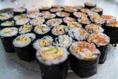 Sushi - olika sorter som är förberedda på plattan Royaltyfri Fotografi