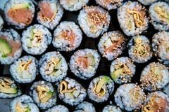Sushi - olika sorter som är förberedda på plattan Royaltyfria Bilder