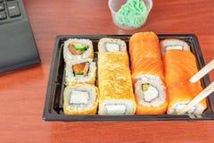 Sushi op de Desktop Portret van jonge vrouw op wit stock afbeelding