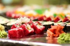 Sushi op de lijst Verticale foto met natuurlijke kleuren Grote partij Royalty-vrije Stock Foto