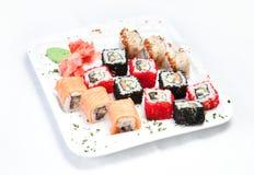 Sushi op de witte plaat stock afbeeldingen