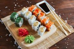 Sushi op een donkere houten achtergrond worden geplaatst die Royalty-vrije Stock Afbeeldingen