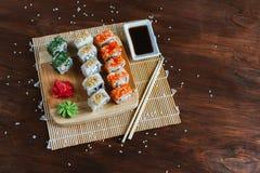 Sushi op een donkere houten achtergrond worden geplaatst die Stock Afbeeldingen