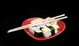 Sushi op een Zwarte Achtergrond met eetstokjes Stock Afbeelding