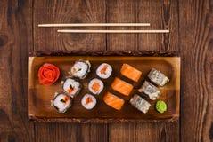 Sushi op houten lijst, hoogste mening Royalty-vrije Stock Foto