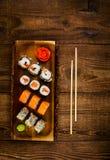 Sushi op houten lijst, hoogste mening Stock Foto's