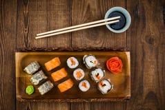 Sushi op houten lijst, hoogste mening Royalty-vrije Stock Foto's