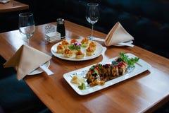 Sushi op lijst Royalty-vrije Stock Foto's