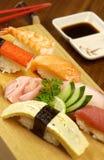 Sushi op plaat, traditioneel Japans voedsel Stock Afbeeldingen