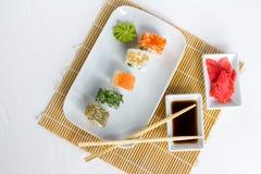 Sushi op witte houten achtergrond worden geplaatst die Royalty-vrije Stock Afbeeldingen