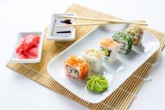 Sushi op witte houten achtergrond worden geplaatst die Royalty-vrije Stock Foto